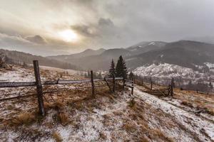 montagnes enneigées avant la tempête. photo