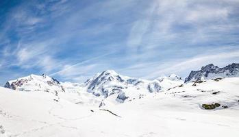 colline de neige et montagne photo