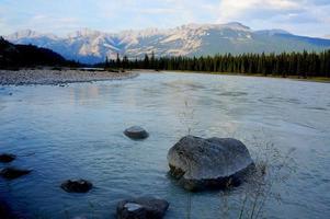 ruisseau de montagne au crépuscule photo