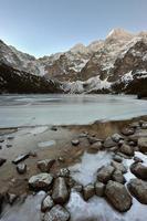 Morskie oko lake dans les montagnes tatra, Pologne photo