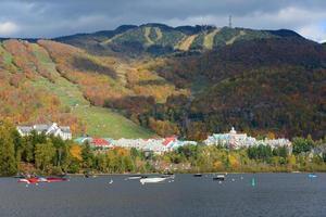 Mont Tremblant avec feuillage d'automne, Québec, Canada photo