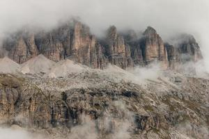 Détail de falaises abruptes dans les dolomites