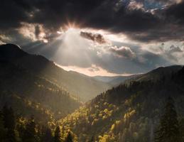 le soleil éclate dans les montagnes photo