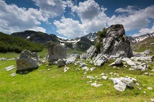 vallée rocheuse sous de hautes montagnes