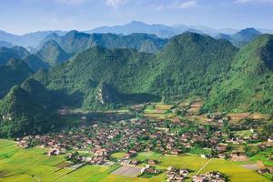 Village dans la vallée de bac son, vietnam