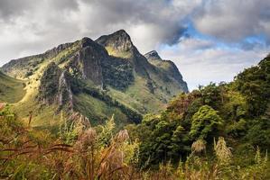 sommet de la montagne et pluie brouillard ciel bleu photo