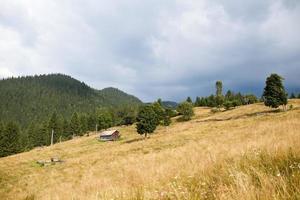 ciel orageux nuageux au-dessus de la montagne photo