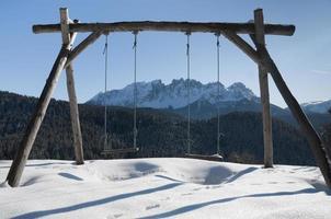 balançoire avec vue panoramique sur les dolomites photo