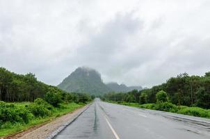 route pavée vers la montagne