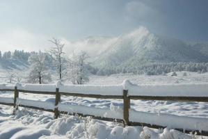 montagnes après la tempête de neige
