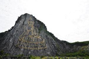 bouddha montagne appelée khao cheejan photo