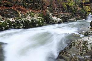 rivière de montagne à la fin de l'automne photo