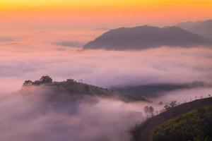 montagne et brouillard photo