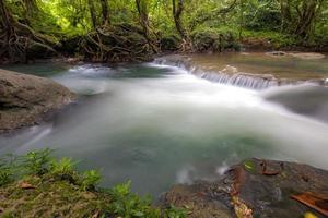Vue sur la rivière de l'eau qui coule à Citumang en Indonésie
