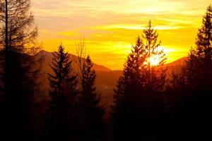 coucher de soleil sur l'horizon du paysage de montagne