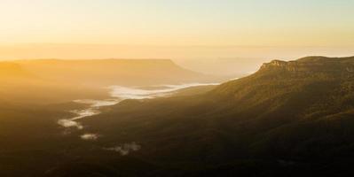 Lever du soleil du point sublime dans les montagnes bleues australie photo
