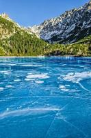 Lac gelé de montagne avec glace texturée fissurée photo
