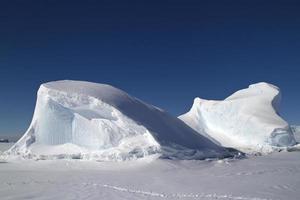 iceberg gelé dans l'océan au large de la péninsule antarctique