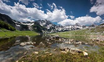 lac de montagne au printemps