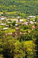 Vieux village géorgien sous la montagne photo