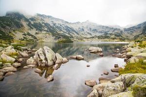 Lac Popovo, Bulgarie et montagnes dans le brouillard photo