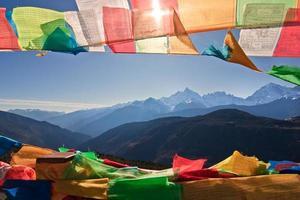 drapeau de prière et montagne lointaine photo