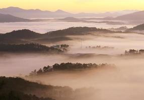 montagne, brume et soleil à l'aube