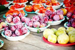 fruits sur des assiettes dans une ferme