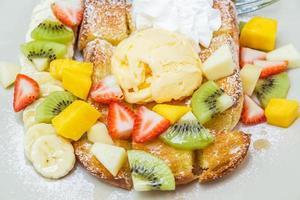 pain grillé au miel et aux fruits photo