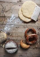 pain vintage rétro frais sur le bois photo