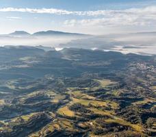 paysage brumeux d'hiver tôt le matin