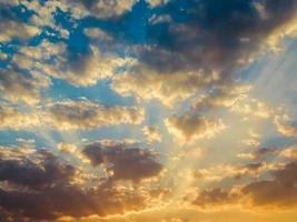 beau ciel coucher de soleil et lever de soleil avec des nuages photo
