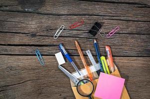 fournitures de bureau sur un bureau photo