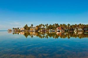 beau village au bord de l'océan photo
