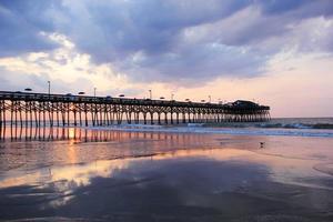 lever de soleil nuageux sur l'océan photo
