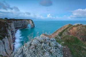hautes falaises dans l'océan atlantique photo