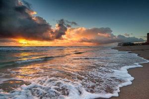 lever du soleil sur l'océan atlantique en floride. photo