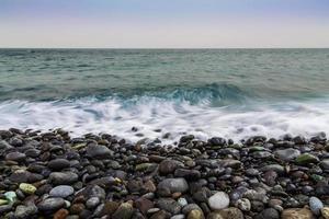 côte de pierre de l'océan avec des vagues
