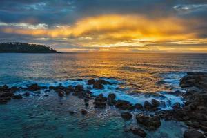coucher de soleil sur l'océan. mirissa, sri lanka photo