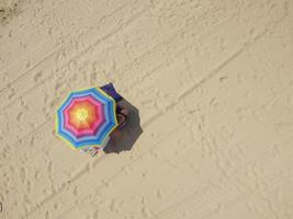 parasol sur le sable photo