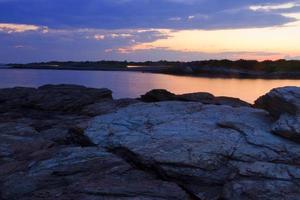 coucher de soleil sur un rivage rocheux. photo