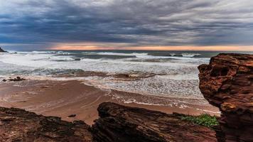 Coucher du soleil en mer agitée sur la côte ouest du Portugal photo