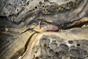 formation de pierre au bord de la mer photo