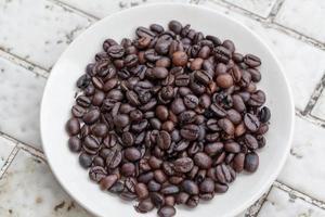 verser le marc de café dans le mable végétal photo