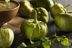 groupe de tomatilles vertes biologiques photo