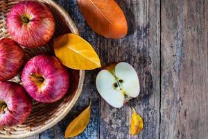 pommes rouges sur une vieille table en bois