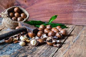 noix de macadamia sur une table en bois