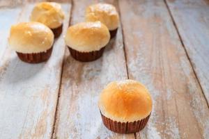 Cupcakes frais sur une table en bois photo