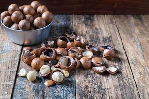 noix de macadamia avec coquilles