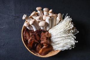 champignons frais dans un panier
